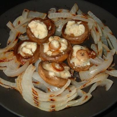 champignons farcis au fromage bleu avec oignons grillés