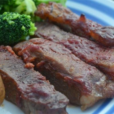 steak rond cuit au four dans une sauce barbecue