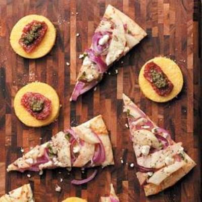 mini pizzas de polenta au pesto et aux tomates séchées