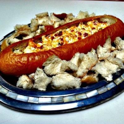 trempette au jambon et au fromage dans un bol à pain