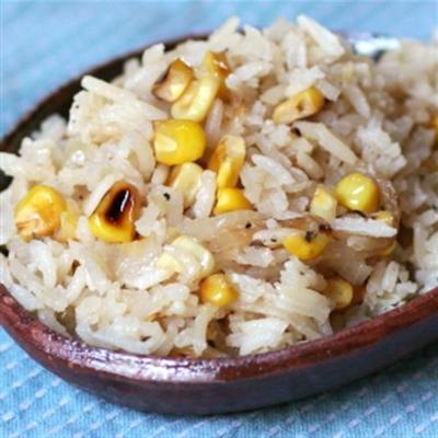 riz avec du maïs et des oignons rôtis