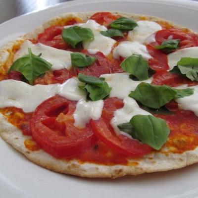 pizzas croustillantes au pain plat avec pesto, tomates et basilic
