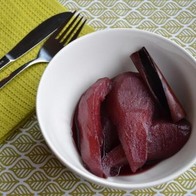 stoofperen met rode wijn (poires pochées au vin rouge)