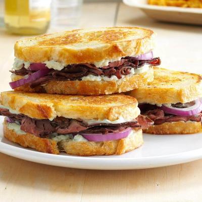 sandwich au rôti de boeuf et au fromage bleu