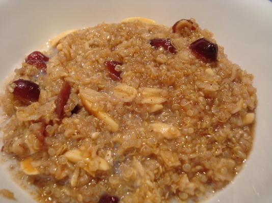 céréale chaude aux épices raisins avec du quinoa