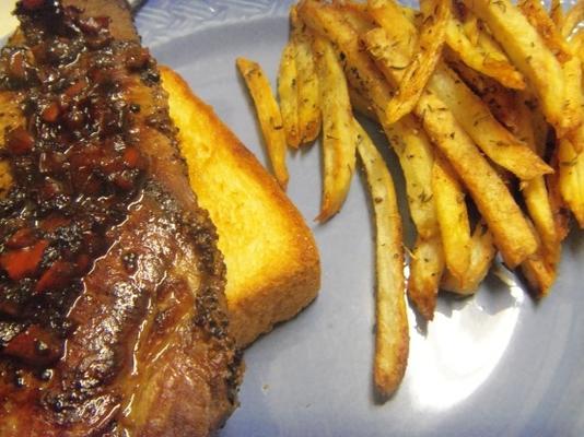 steak de bistro français sur des croutes à l'ail et des frites de pommes de terre