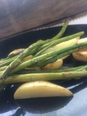 asperges grillées et pommes de terre nouvelles