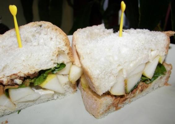 sandwich au brie et à la pâte de poire épicée