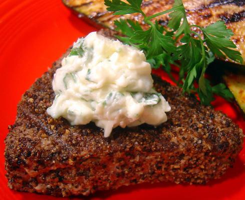 steak de thon grillé au poivre avec beurre à l'ail et au persil
