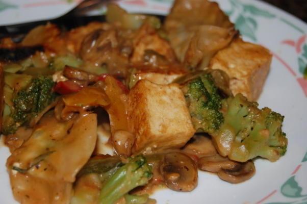 tofu sauté épicé avec sauce aux arachides avec pois mange-tout et champignons