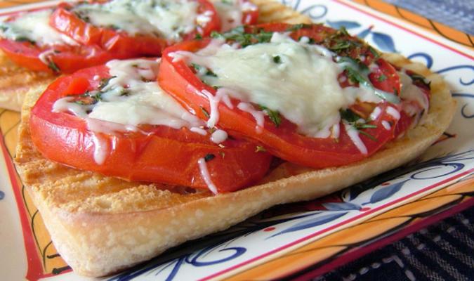 bruschetta italienne à la mozzarella aux herbes et tomates à l'ail
