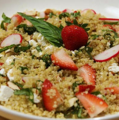 salade de quinoa à la fraise et à la menthe avec vinaigrette au citron