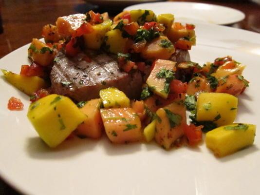 thon grillé avec salsa à la mangue et à la papaye