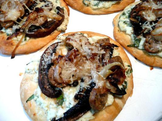 mini-pizzas à l'oignon et au portabello caramélisées