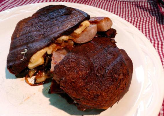 saucisses grillées avec oignons caramélisés et gruyère c