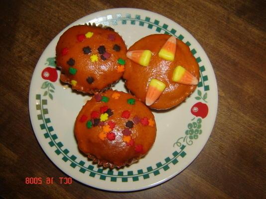 petits gâteaux aux épices d'automne avec glaçage à la citrouille et aux épices