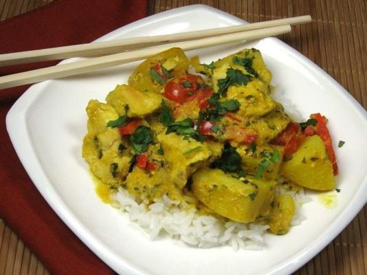 poulet thaï au curry jaune avec pommes de terre et tomates