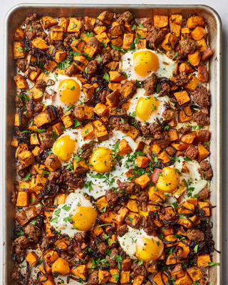 hachis de patates douces avec oignons caramélisés, saucisses et œufs