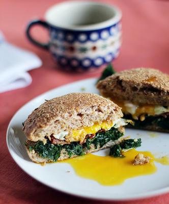 sandwich de blé entier au kale, au bacon et aux œufs