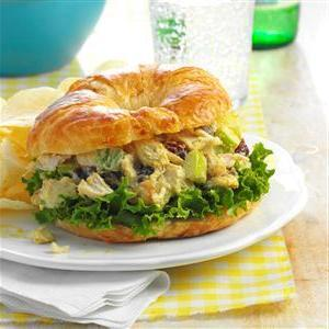 Salade de poulet au cari et aux canneberges