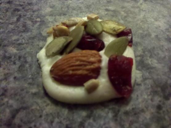 Palettes de chocolat blanc avec fruits secs et noix
